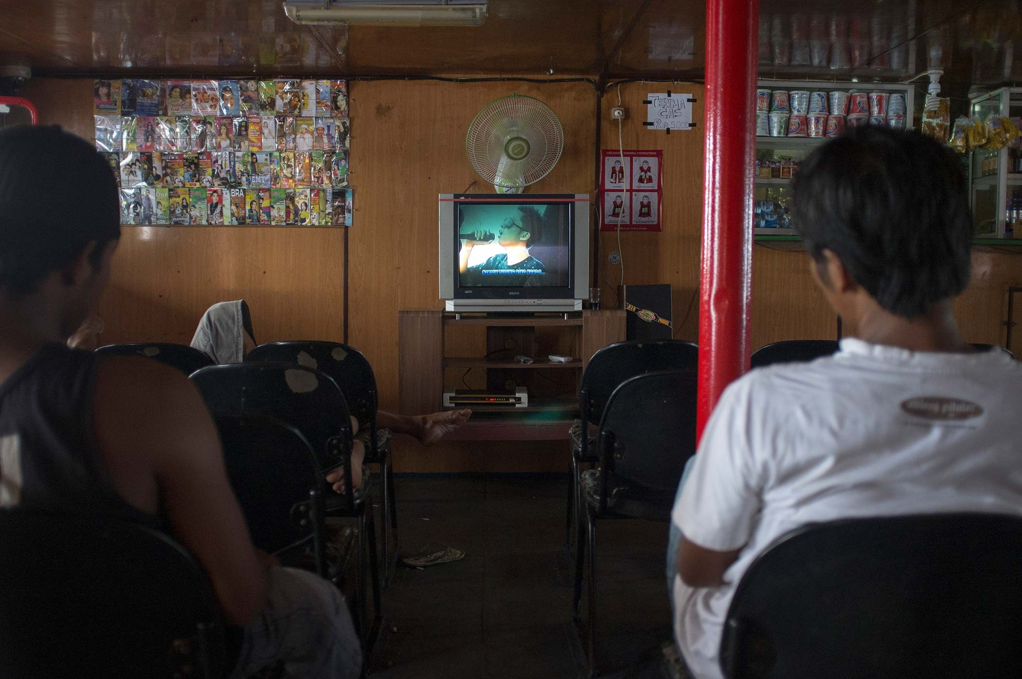 Public cabin with chairs, vendors and TV.